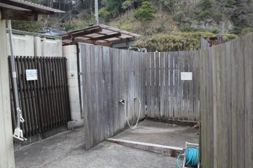 コインシャワー以外にも無料の水シャワーもあり、海から戻ってきても安心。
