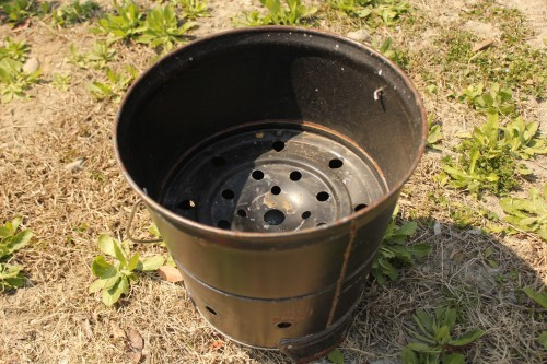 固形燃料をバケツに入れて使うと、風の影響を受けず使いやすい。