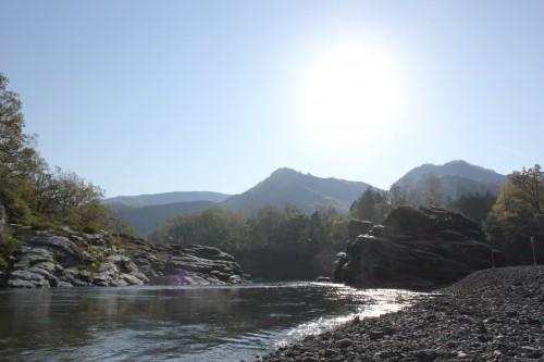 隣を荒川が流れていますが、流れが急のため遊泳禁止