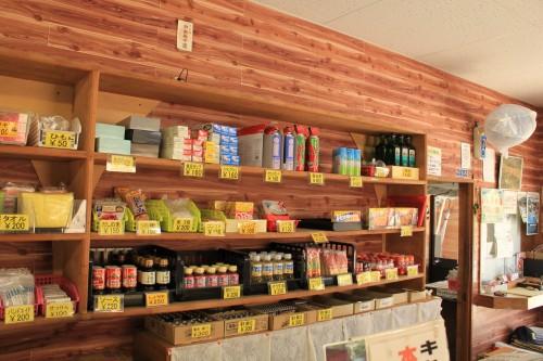 受付兼売店には調味料の販売などがあります。