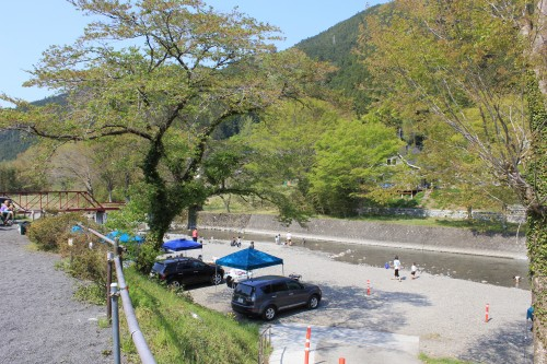 BBQスペース兼河原サイト。目の前の川は穏やかで、たくさんの子供が遊びます。