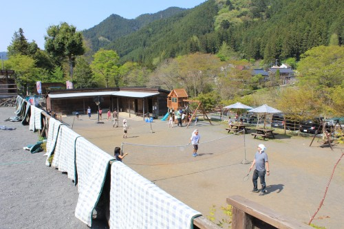 子供が遊べる広場があります。バスケットゴールや卓球台など有り。
