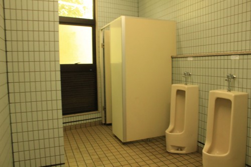 トイレはよくある公園のトイレ。清掃はしっかりされています。