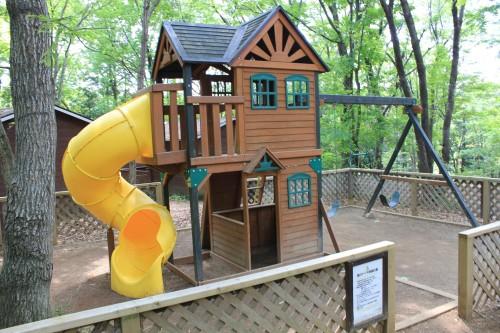 フォンテーヌの森には子供用の遊具もある