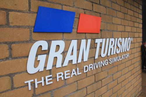 2014年当時、人気レースゲームグランツーリスモを本格的なコントローラーで楽しめるスペースあり