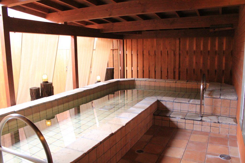 無料で入ることが出来る半露天のお風呂