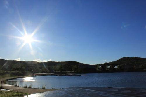 湖畔では釣りやカヌーなどの遊びが出来ます。