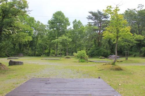 キャンプ場の雰囲気は木々に囲まれた静かな印象です。