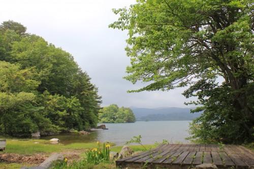 キャンプサイトによっては、目の前に桧原湖を望めます。