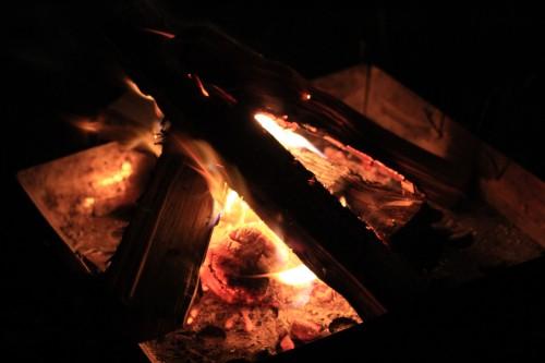 【質問コーナー】キャンプ中の焚火。他の人に迷惑をかけずにやりたいんだけど、どうすればいいの?