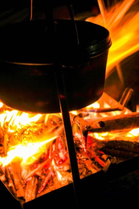 吊るして焚き火で使うのは雰囲気はいいけど、毎回は面倒くさい