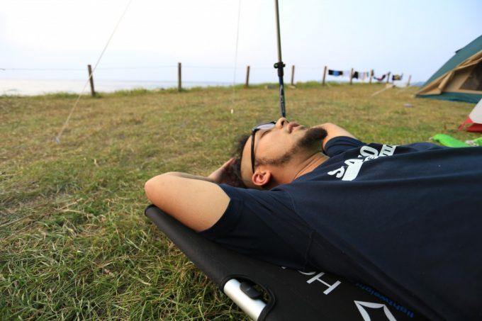 キャンプで快眠するにはコットがおすすめです。