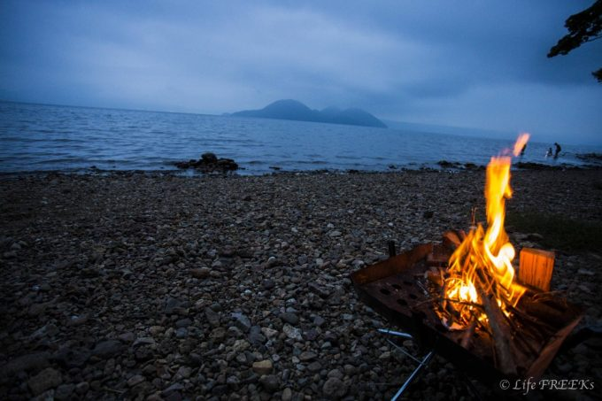 キャンプでの焚き火はレジャーでありながら、実用的な行為です。