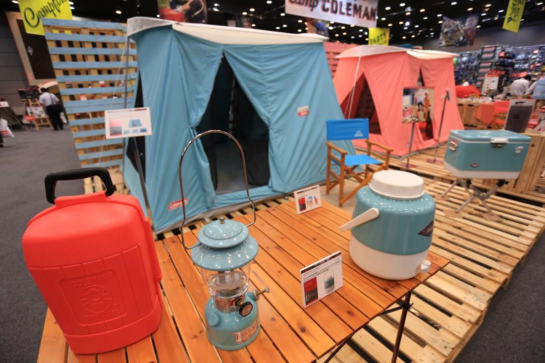 実際にテントが立っていて、キャンプで使う道具が並べてある様子を見るとキャンプのイメージを掴めて良いですね。