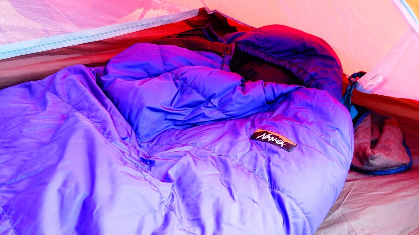 可能であれば、3シーズンは必ず欲しいところ。夏用寝袋に比べて暖かさが天と地の差ほどあります。