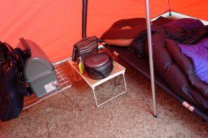 キャンプの雨対策なんだけど、地面に荷物を直置きしないだけでも十分効果があると思うんだ。