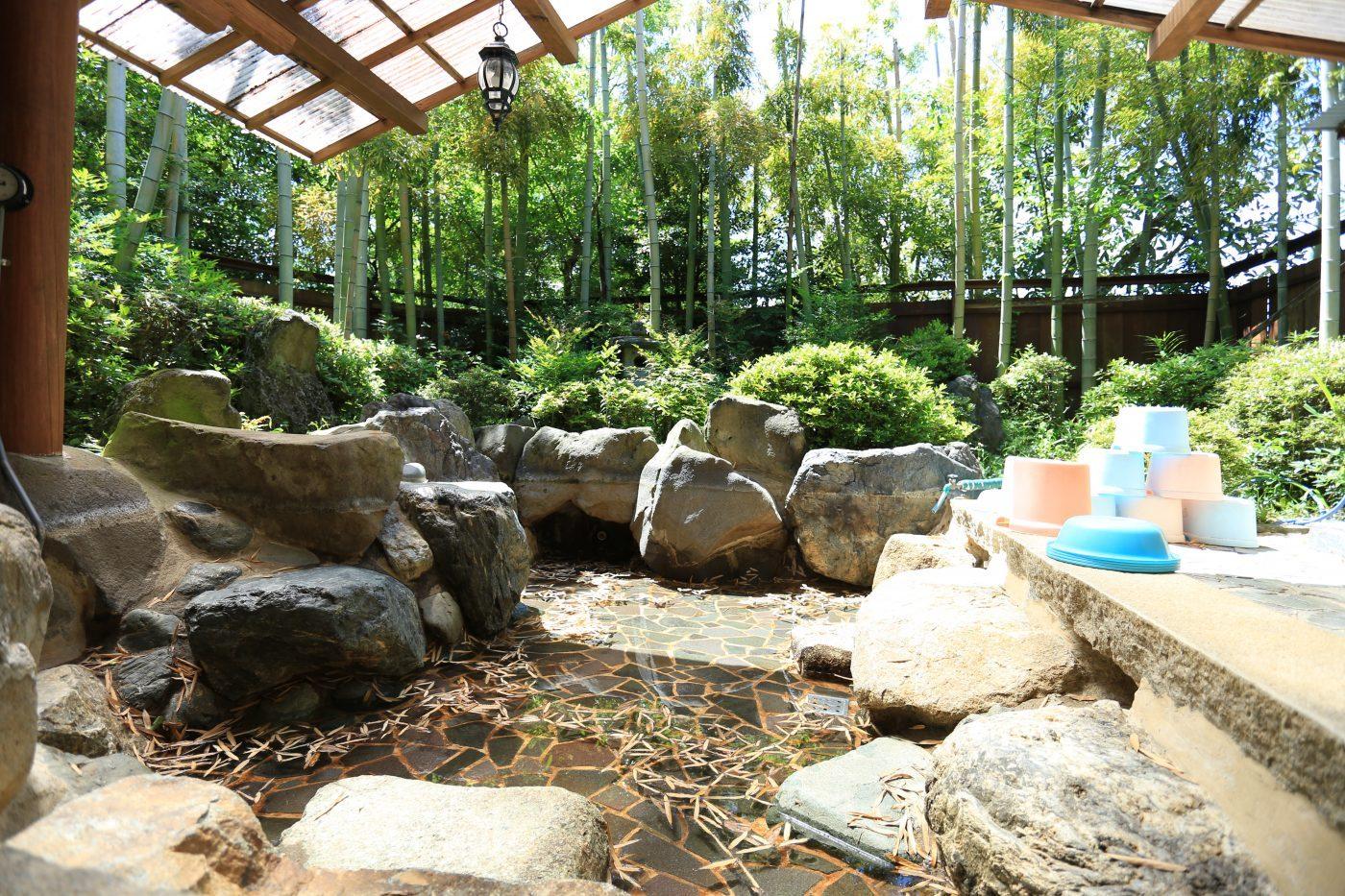 露天風呂男湯です。キャンプ場とは思えない景観です。