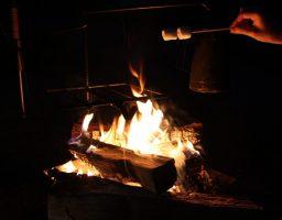 【BBQの火熾し】団扇で扇いでも全然炭に火が点かないんですけど、どうすればいいの?