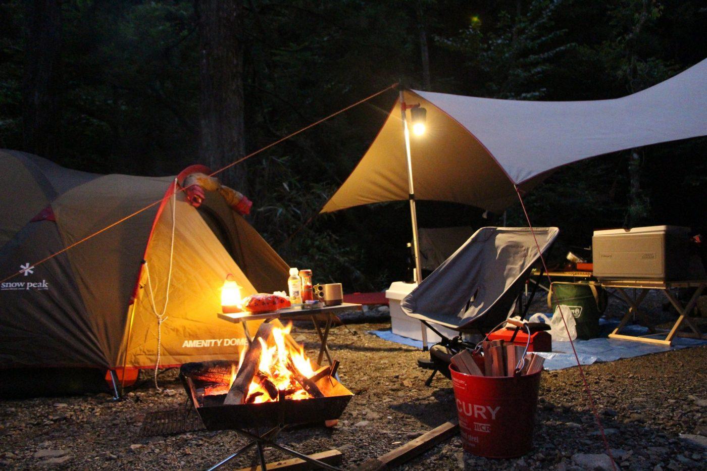 テントから離れたところで焚き火をしましょう。