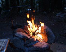 キャンプで焚き火やBBQの時の服装は【綿100%】か【綿混紡素材】が望ましいでよ