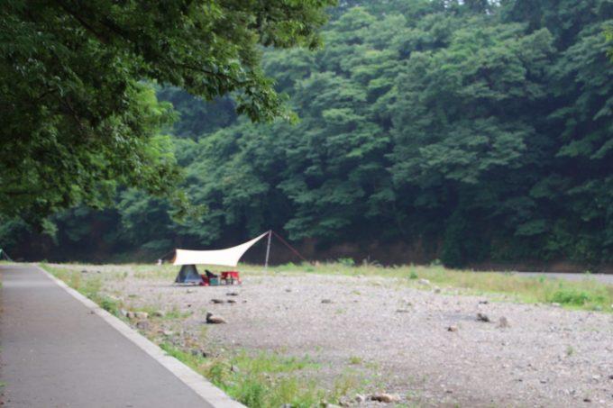 雨の日のキャンプはサイト選びが重要