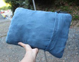 キャンプで快適に寝るための枕、サーマレストのコンプレッシブルピローを紹介。