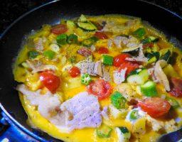 【キャンプ飯レシピ】スキレットで野菜スパニッシュオムレツ的なもの作るとレベルが上がる気がした。