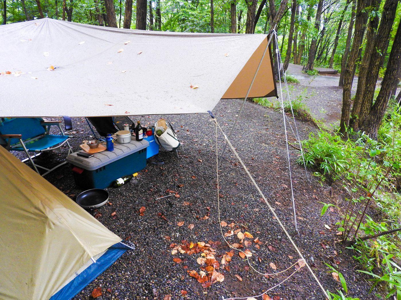 雨キャンプではロープの張り直しを。
