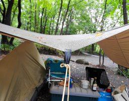 【キャンプの雨対策】タープやテントの前室に雨が溜まっちゃう時どうすりゃいいの?