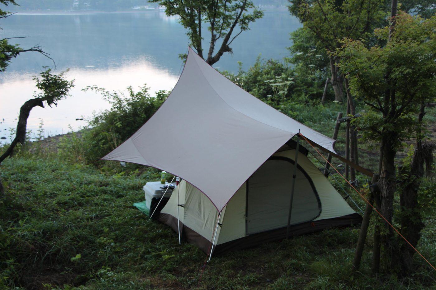 キャンプの簡単な雨対策はタープの下にテントを設営すること。