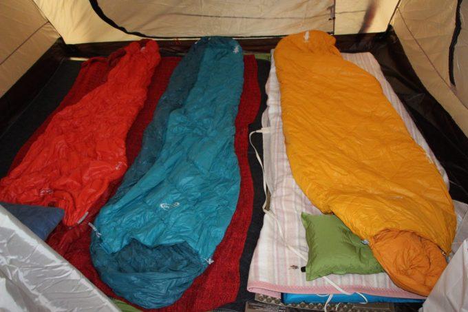 寝袋とホットカーペット