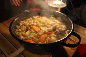 寒い時期のキャンプには煮込み料理が至極。