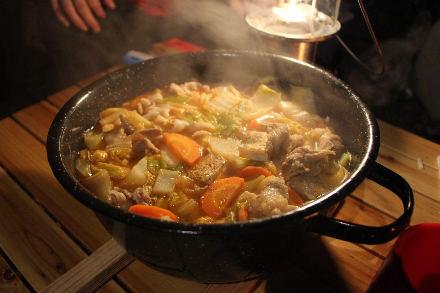 キャンプ飯テロ!?ダッチオーブンで肉肉肉!の煮 …