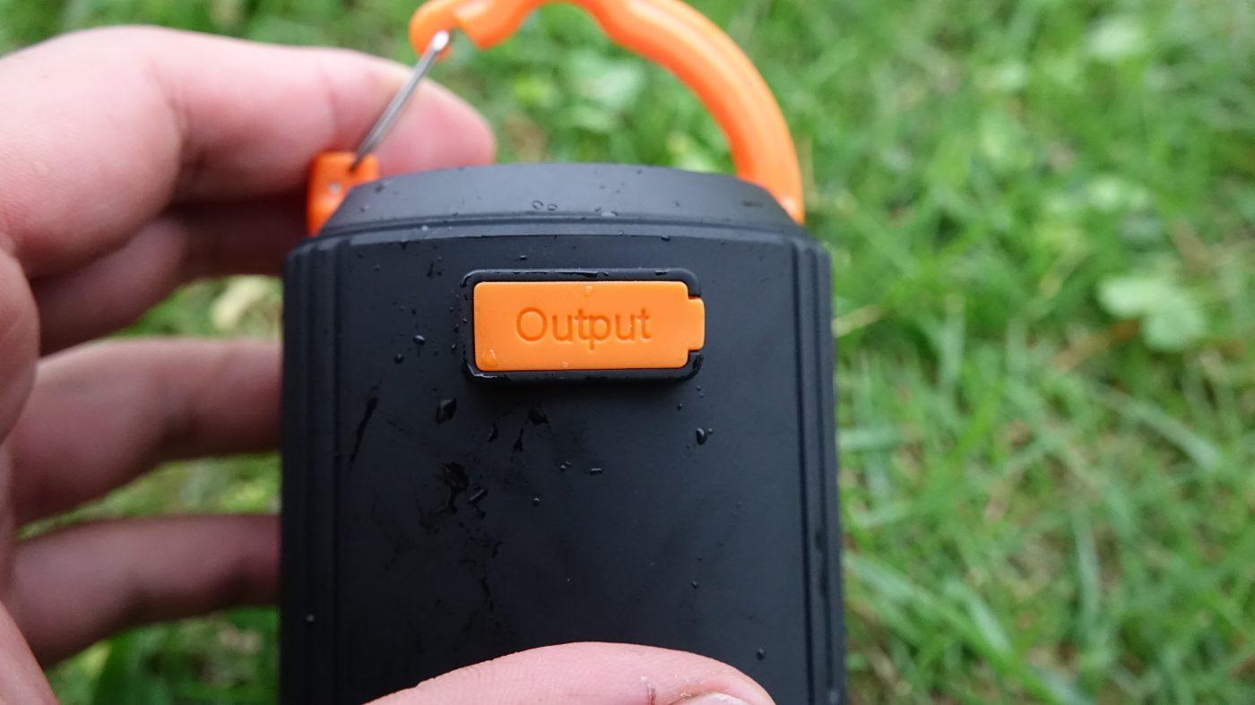 入力端子と、出力端子がついています。充電と給電の際に使います。