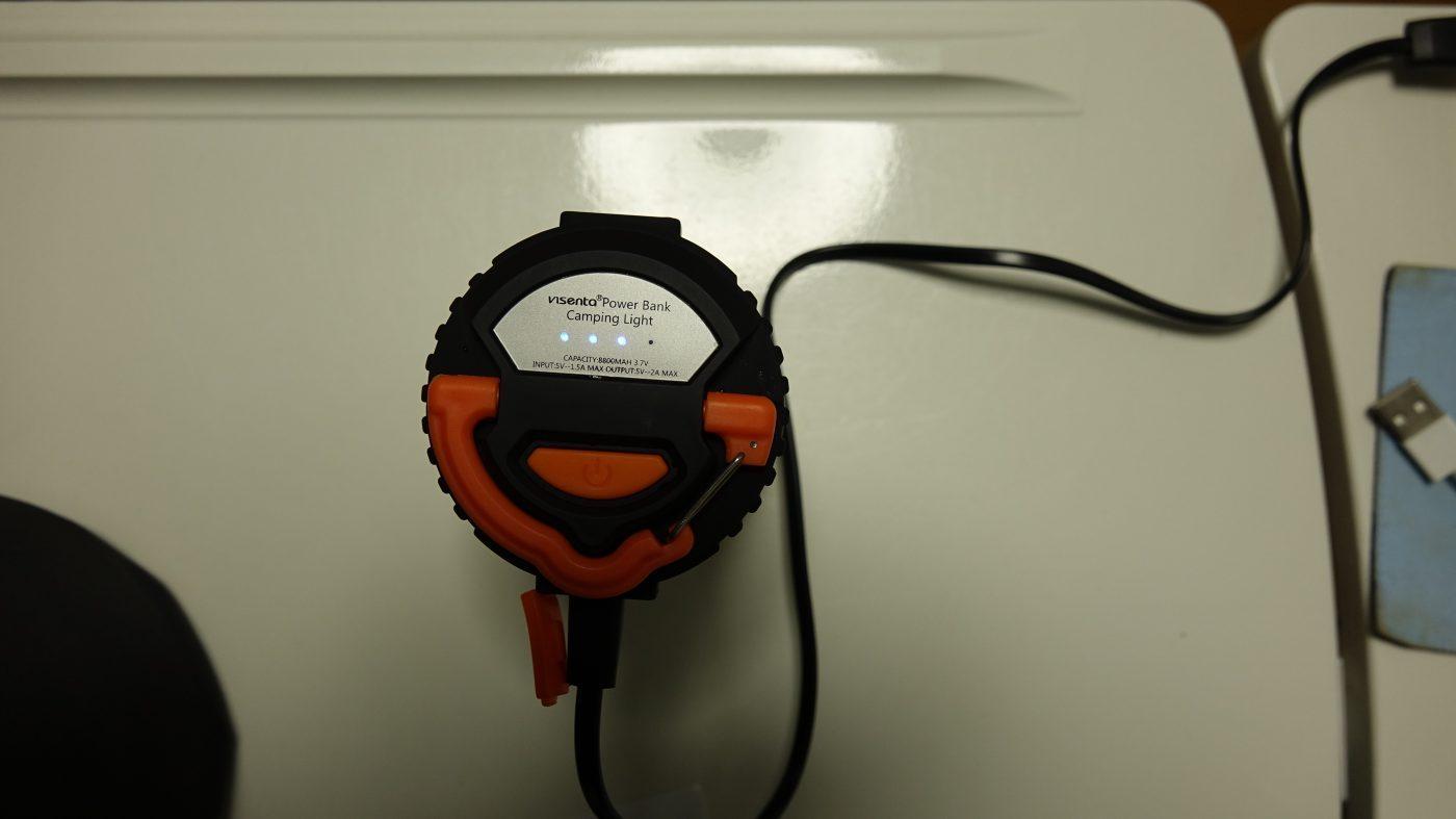 充電すると、ランタン上部に青いライトが点灯します。