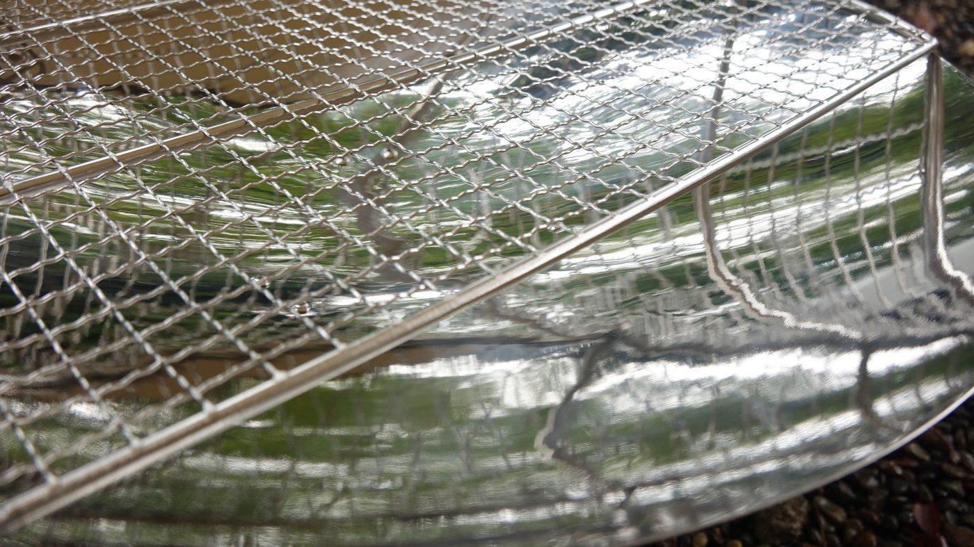 炭の追加がし易いように編みが1/3カットされています。