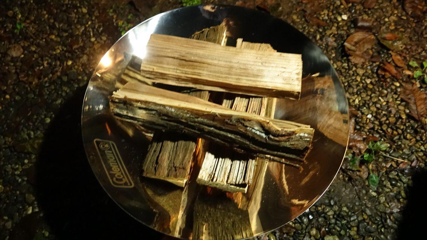 真ん中に着火剤を置き、井形に薪を組む。