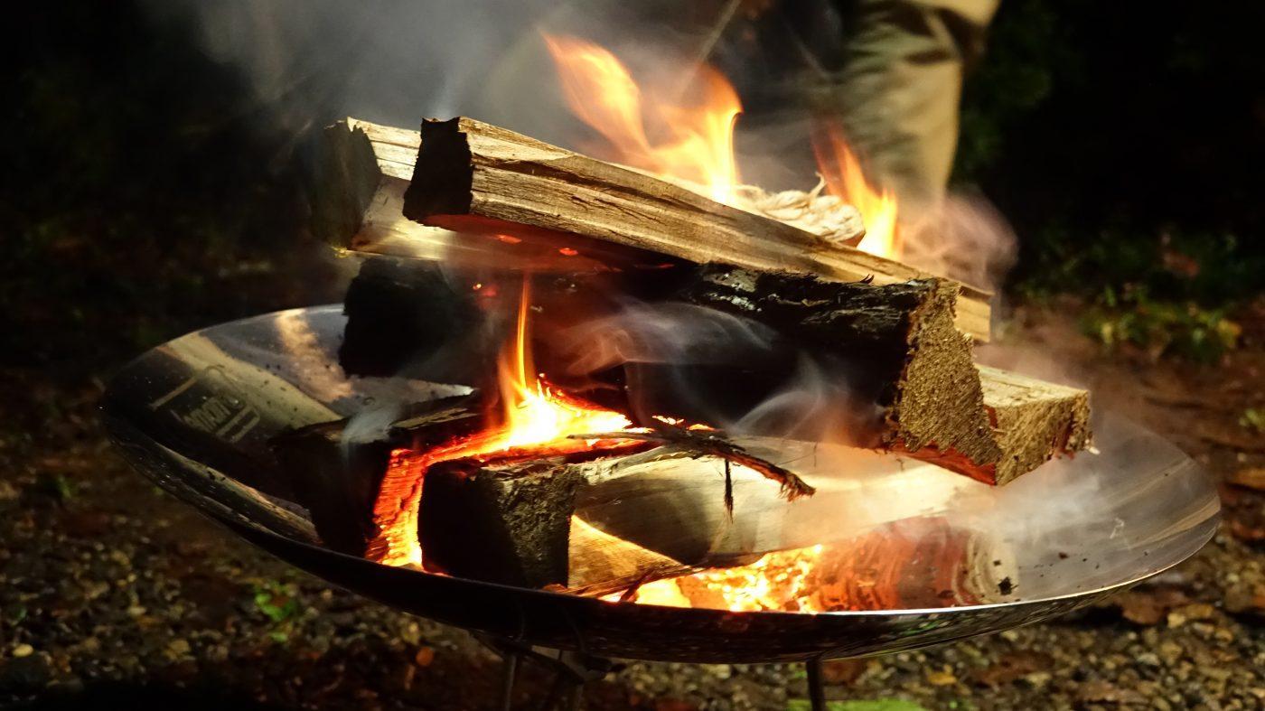 少し待つとこんな感じで全体に火が回るので、都度薪を足していく