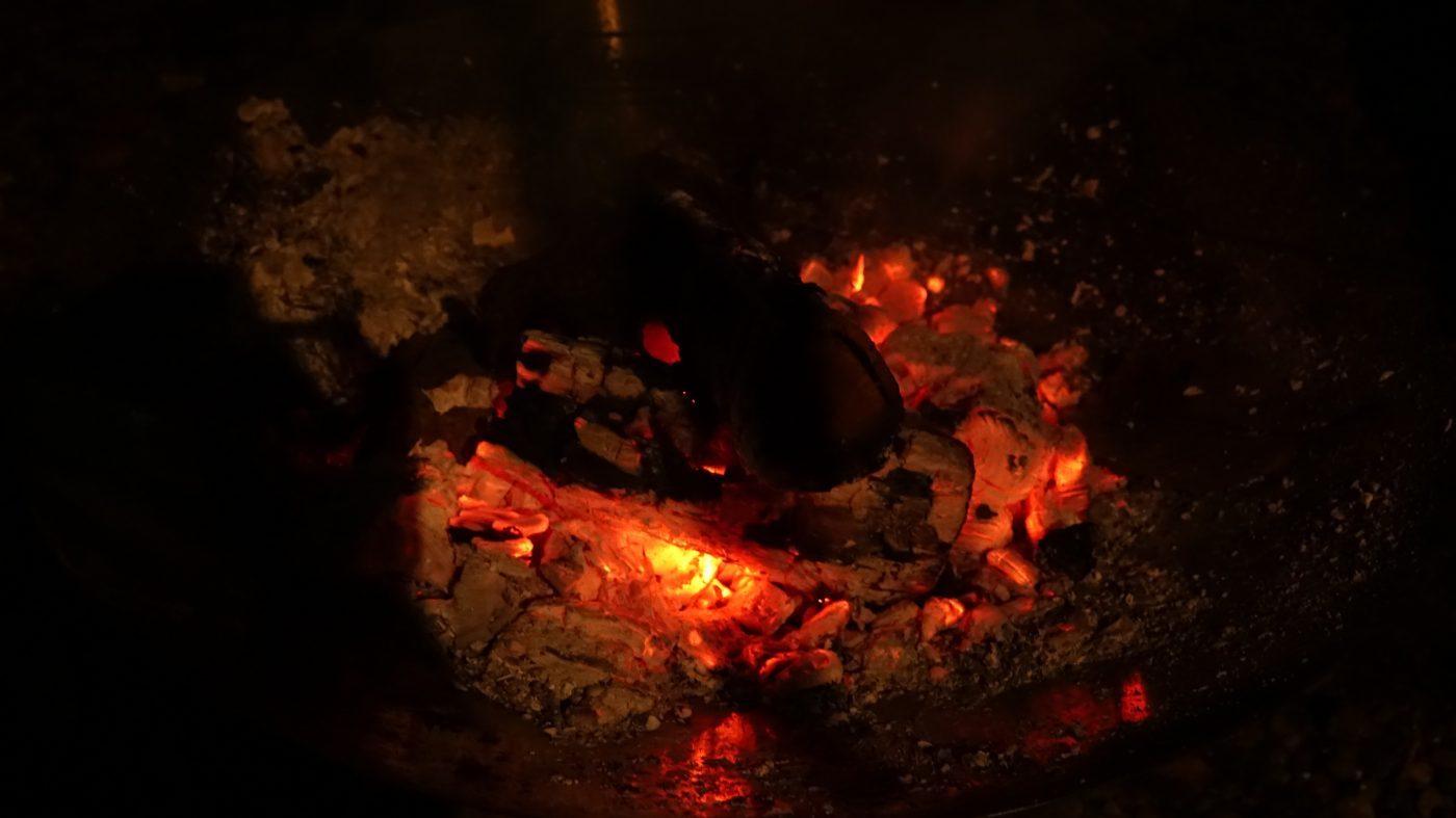 2時間程焚き火をしていると熾きが溜まりすぎて火の勢いが悪くなる