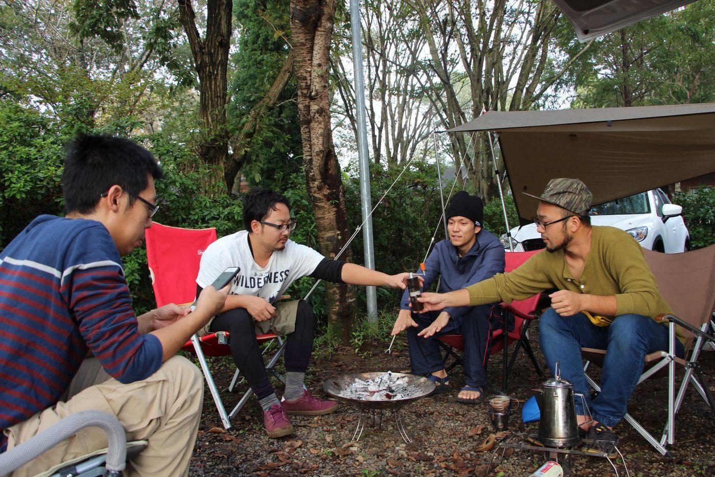 キャンプ仲間と議論をするのも楽しい