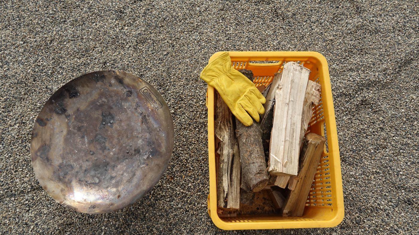 薪は300円で販売されています。コンテナ1つで2時間焚き火が出来る。
