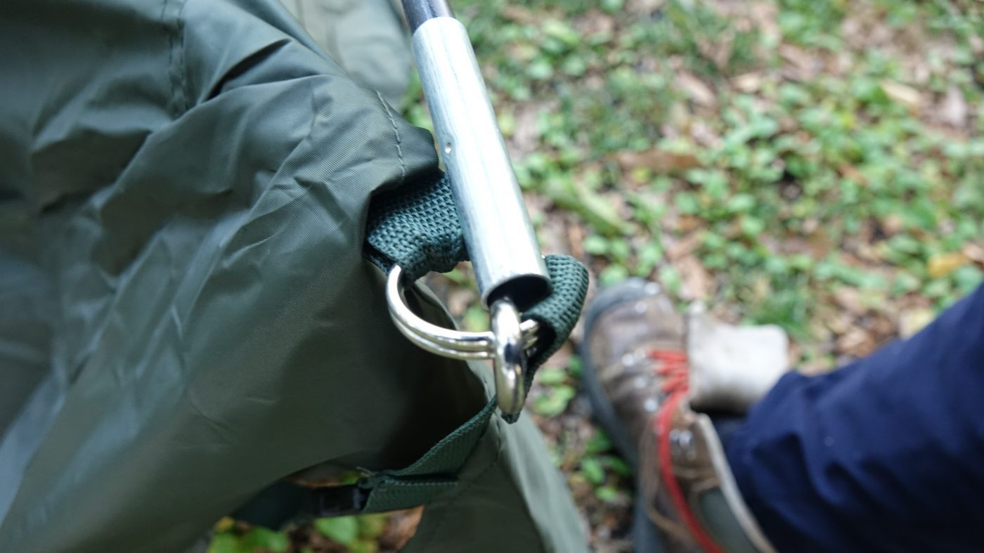 ポールの反対側はテントに付いているピンを差し込んで、タープを立ち上げます。
