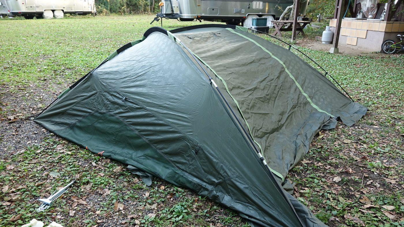 ドーム型テントを半分に切ったような形になります。