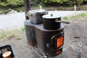 【冬キャンプで薪ストーブを使う時の注意点】フィールドラックを使って、地面から距離をとろう。