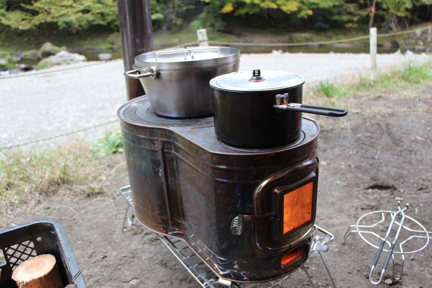 薪ストーブの上で調理をする