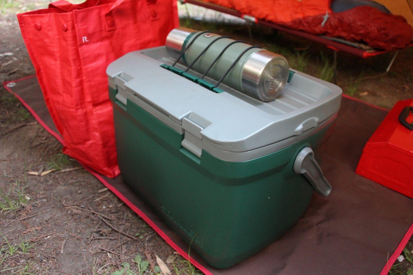 荷物を重し代わりにテントに入れる