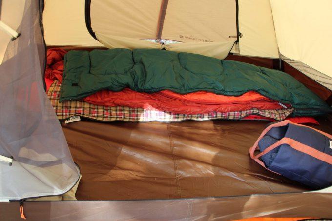3シーズン用寝袋と夏用寝袋を重ねて使用するといい。