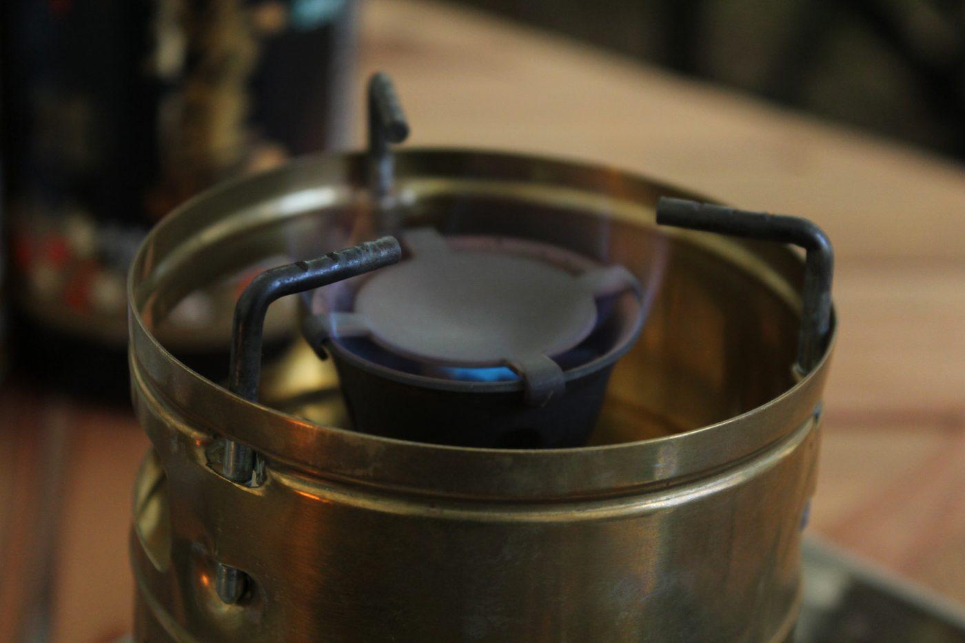 スベアのプレヒートが十分だと青い火があがります。