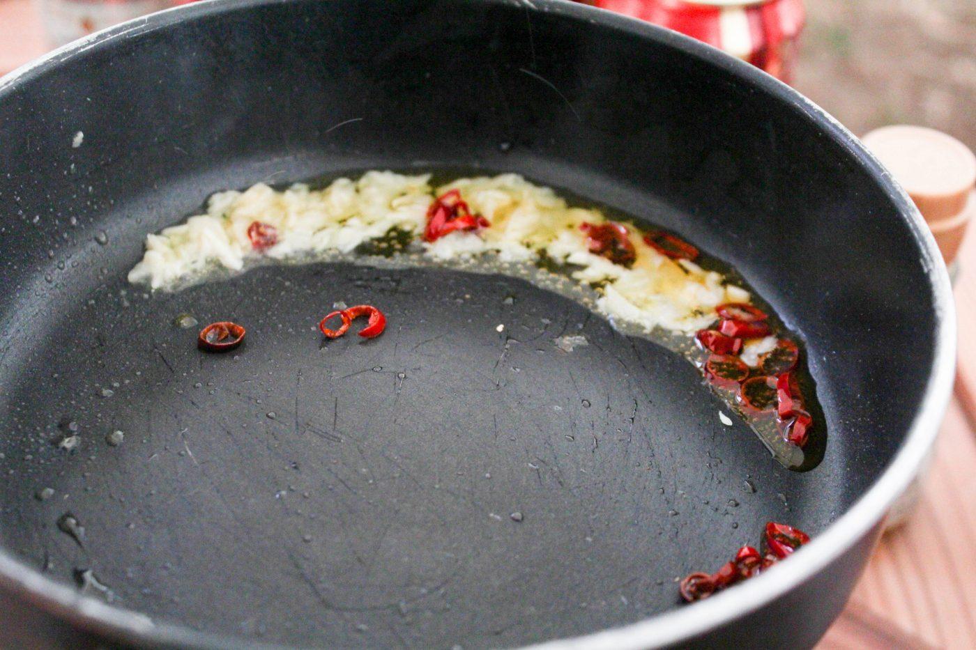 鷹の爪とにんにくを弱火で香りが出るまで炒めます