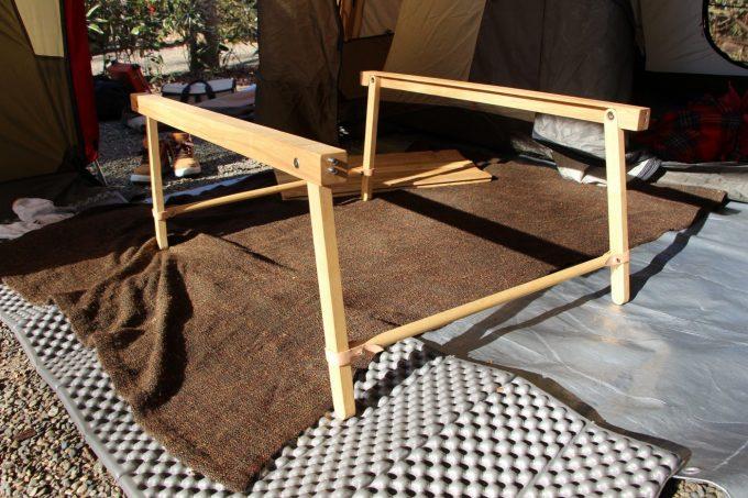 テーブルの脚を組み立てる